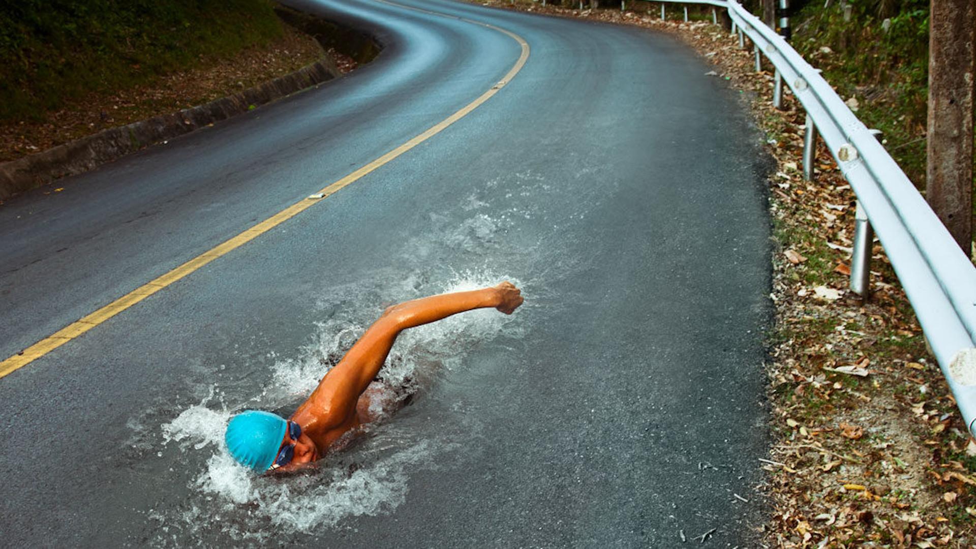 Nuotatore in mezzo alla strada nuota controcorrente