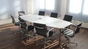 tavolo-sedie-sala-riunioni-vuota-di-giorno